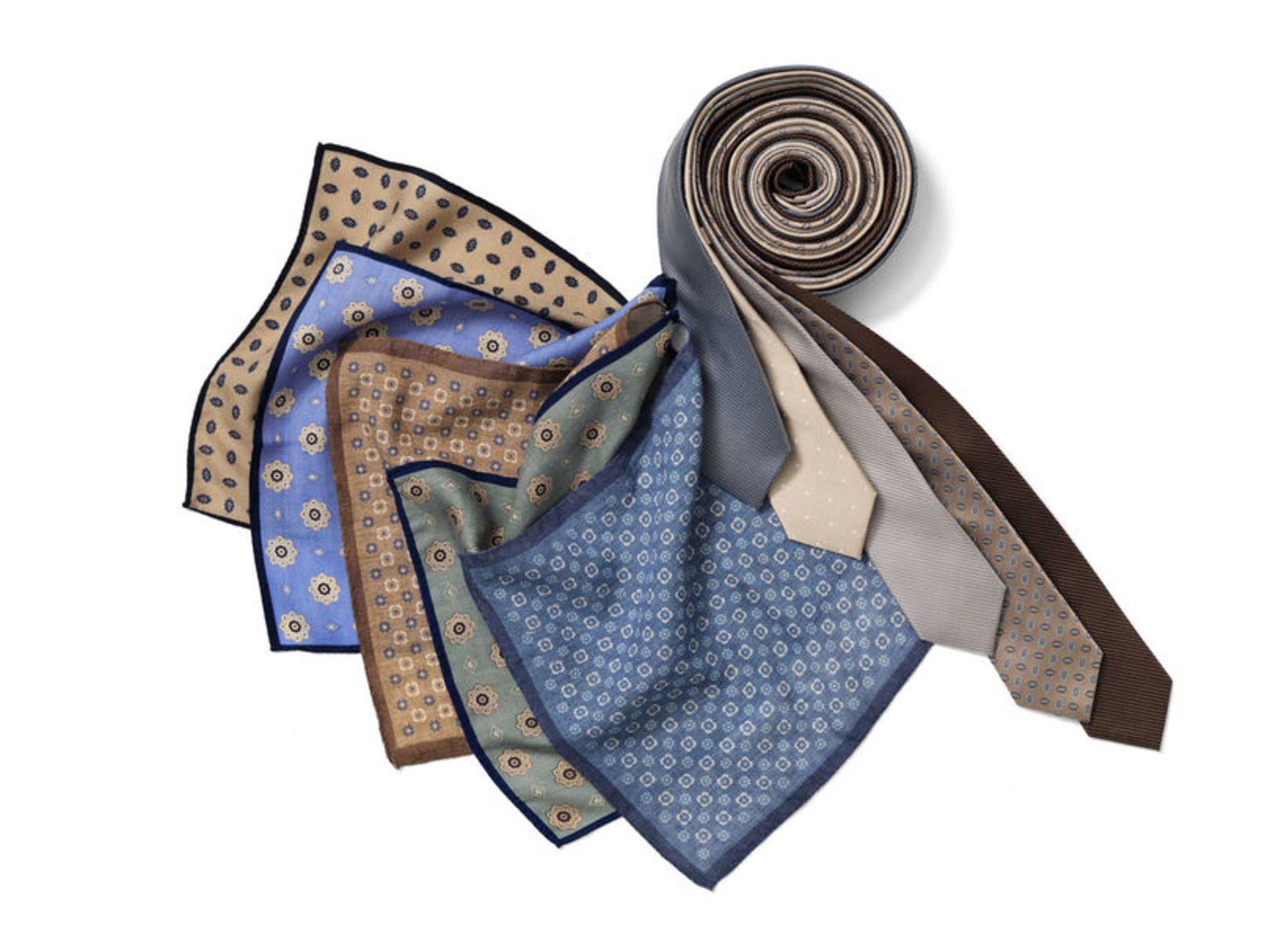 Att vika en näsduk är en konst. En liten accessoar som lyfter hela looken.  Och gör sig bra i paketet till far. Att ge bort en slips i Fars dagspresent  är ... 952372c409230